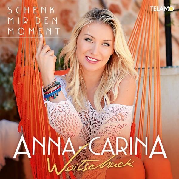 Anna-Carina Woitschack mit Leuchtturm