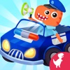 警察の車を運転する子供警官