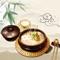 汤,是大量的水和各种煮熟蔬菜、肉类以及一些其他的佐料经长时间的文火慢炖,从而味道外泄,和水混合在一起,便形成了美味的汤。大量水分和长时间的烹调使汤混合了很多滋味和香味成分。由调味不同,汤可以有开胃、正菜、补充水分、解腻等功效。本身味道很淡的食品如豆腐、米粉、鱼翅多配鲜汤一起食用。餐桌上有碗热气腾腾的鲜汤,常使人垂涎欲滴,特别是在冬春季,汤既能助人取暖,又能使人的胃口大开。